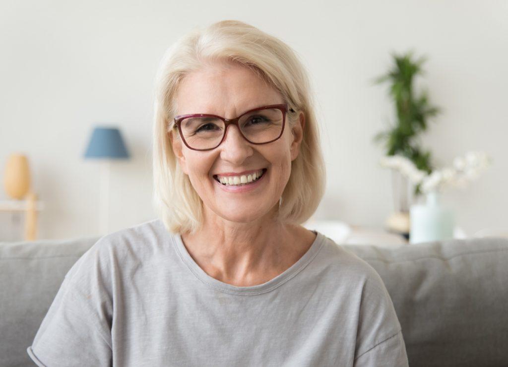 Fogászati implantátum mosolygó nő
